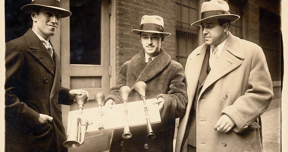 """George Gershwin, el percusionista James Rosenberg y el tenor Richard Crooks con las bocinas originales de """"Un americano en París"""", 1929."""